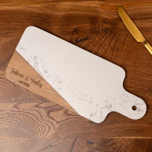 Schneidebrett aus Marmor und Holz mit Text