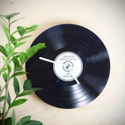 Geschenke für Frauen - Personalisierbare Schallplatten-Wanduhr
