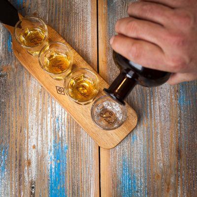 An der Bar - Servier-Paddel mit 4 Shotgläsern
