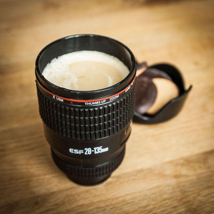 Trinkbecher in Kameraobjektiv