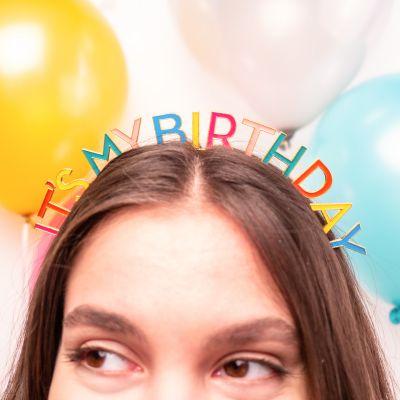 Geburtstags-Kopfschmuck in Regenbogenfarben